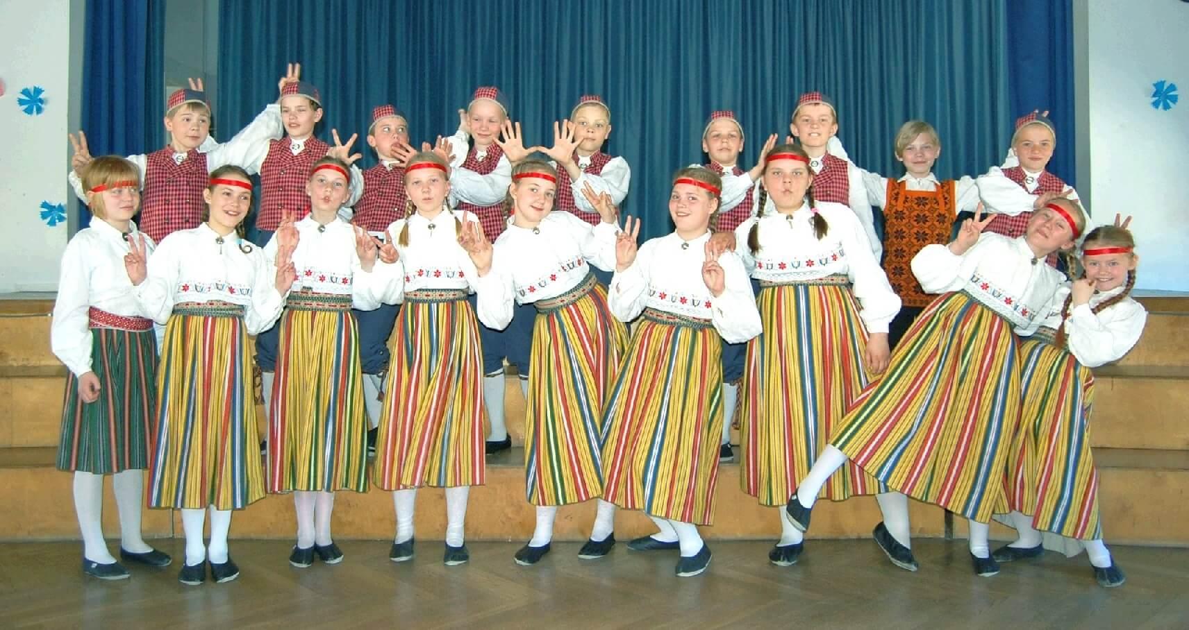a6f07261efc Kuusalu rahvatantsurühma foto Hooandjas. Pilt on üles võetud kevadel, kui  lapsed õppisid veel 4. klassis.