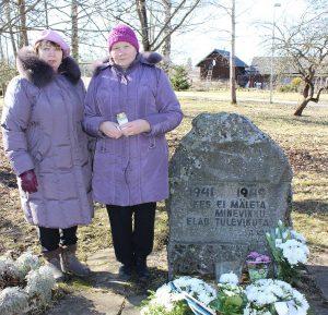 Siberis sündinud KARIN NELKE ja ta 7aastaselt Siberisse saadetud õde ILMA PIRK Kehra mälestuskivi juures.